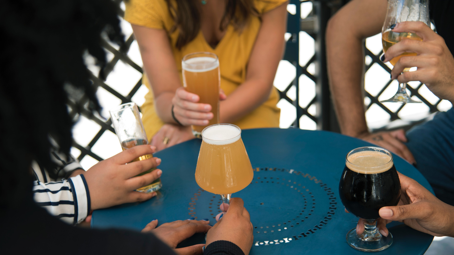 craft-beer-friends-table
